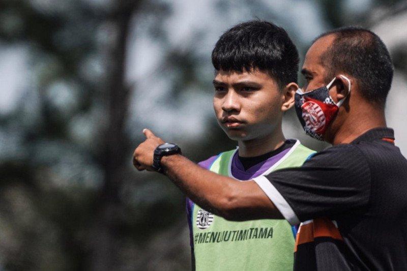Pemain muda Persija Jakarta berlatih di tengah PPKM COVID-19