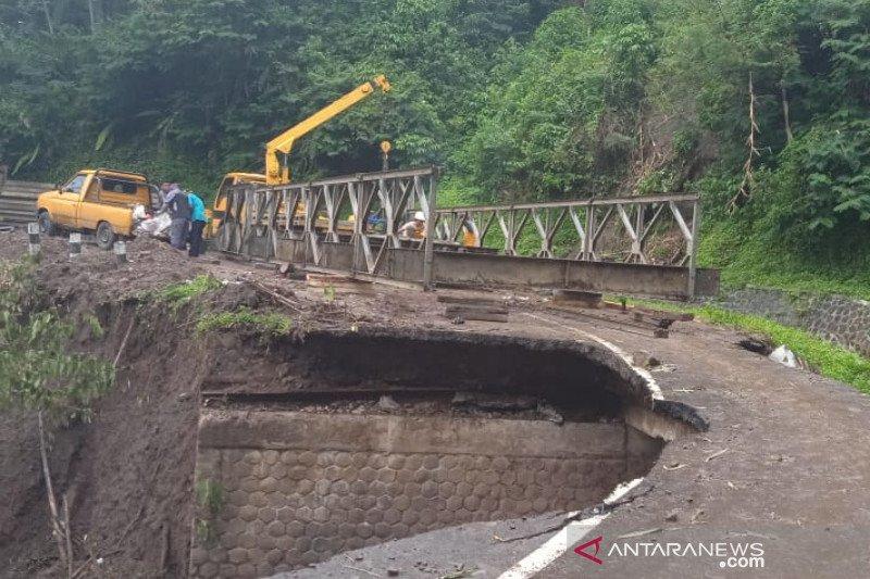 Jalan Garut-Bandung lintas Talegong belum bisa dilewati karena longsor