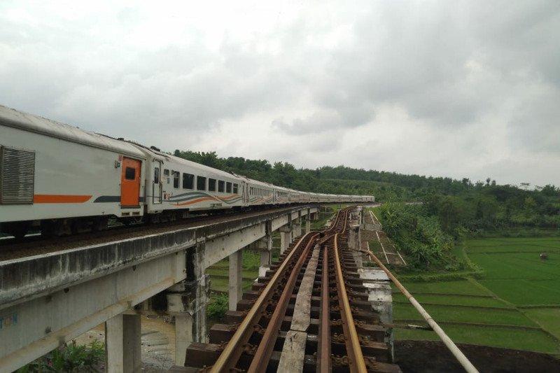 Jembatan diperbaiki, perjalanan kereta lintas selatan Jawa normal lagi