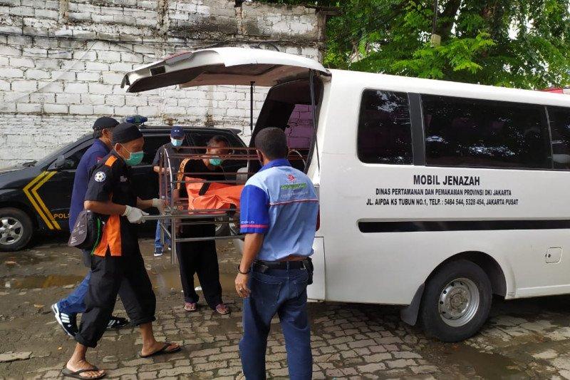Polisi evakuasi jenazah pria yang ditemukan di pool bus