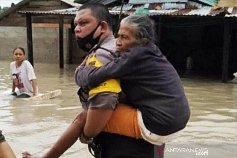 Tim gabungan evakuasi puluhan korban banjir di Bangka