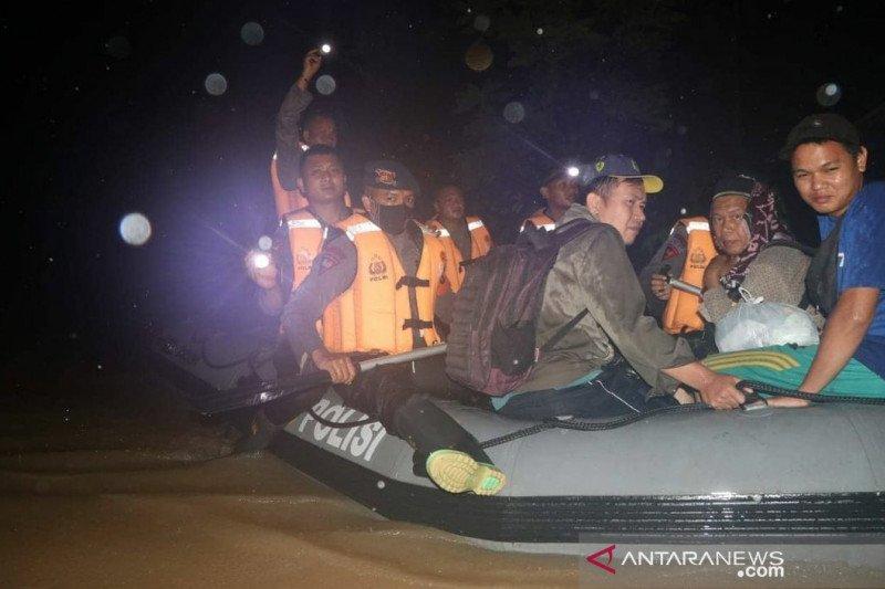 Tim SAR Brimob lakukan evakuasi korban banjir di Kalsel malam hari