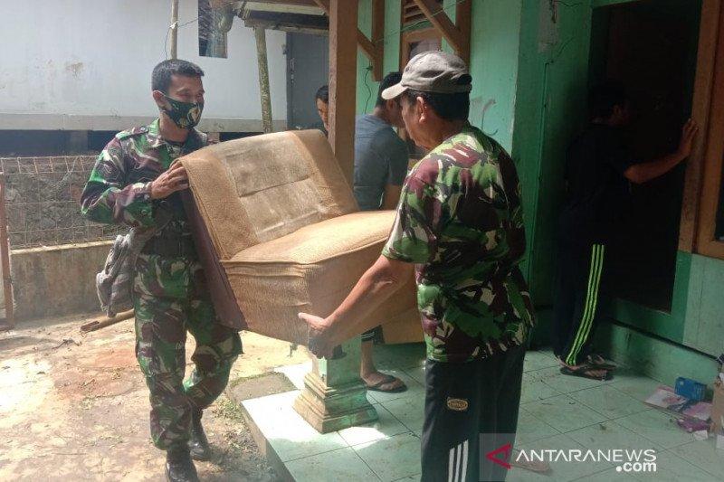 Puluhan warga Ciherang Sukabumi mengungsi dampak pergerakan tanah