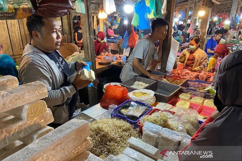 Sempat mogok, pedagang tempe di Palembang berjualan kembali
