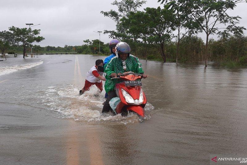 Akses jalan ke Bandara Internasional Syamsudin Noor tergenang banjir