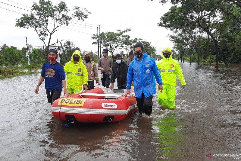 Polres Banjarbaru distribusikan bantuan bagi warga terjebak banjir