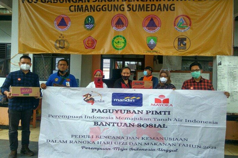 Ibu-ibu Paguyuban PIMTI bantu korban longsor Sukabumi