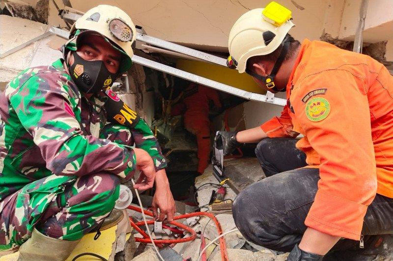 Tim Basarnas Mamuju evakuasi korban gempa 6,2 magnitudo