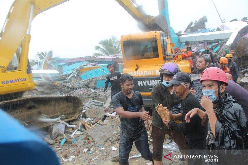 Evakuasi korban gempa bumi di RS Mitra Manakarra Mamuju