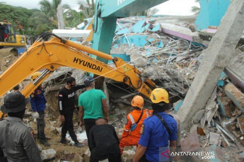 Tiga warga tertimbun akibat gempa di Desa Majene