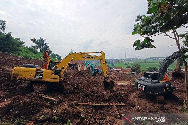 Tim SAR masih mencari 11 korban tanah longsor di Sumedang