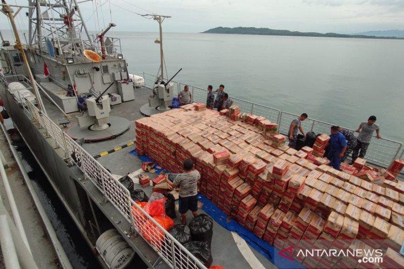 Bantuan yang diangkut dua kapal perang TNI AL tiba di Mamuju
