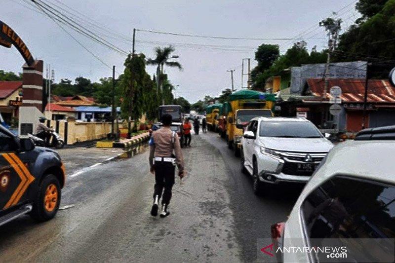 Cegah penjarahan, Polres Majene kawal bantuan masuk ke pengungsian