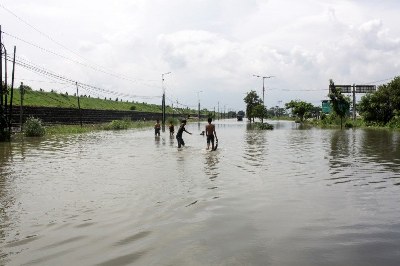 Pemkab Sidoarjo kerahkan tujuh pompa tangani banjir Porong