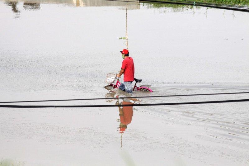 Jalan Raya Porong terendam banjir setinggi satu meter