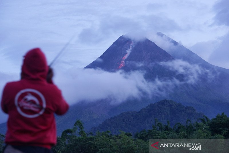 Gunung Merapi luncurkan guguran lava pijar sejauh 800 meter