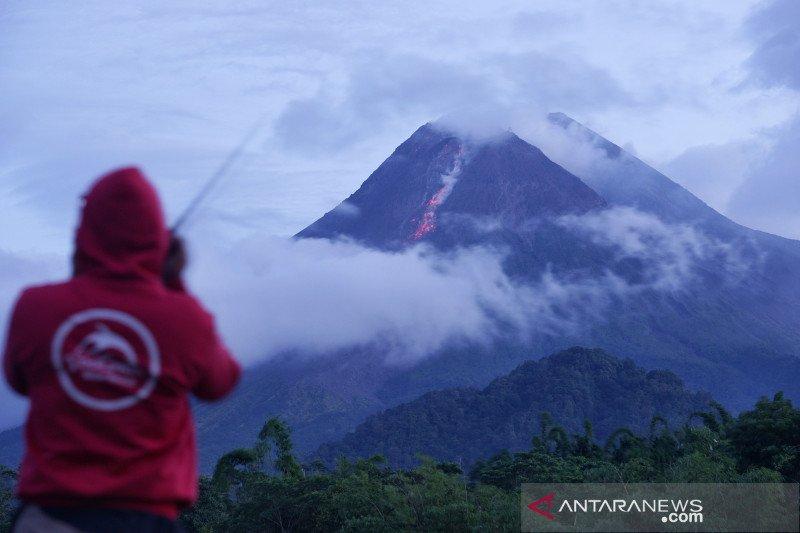 Gunung Merapi luncurkan awan panas guguran sejauh 1,8 kilometer