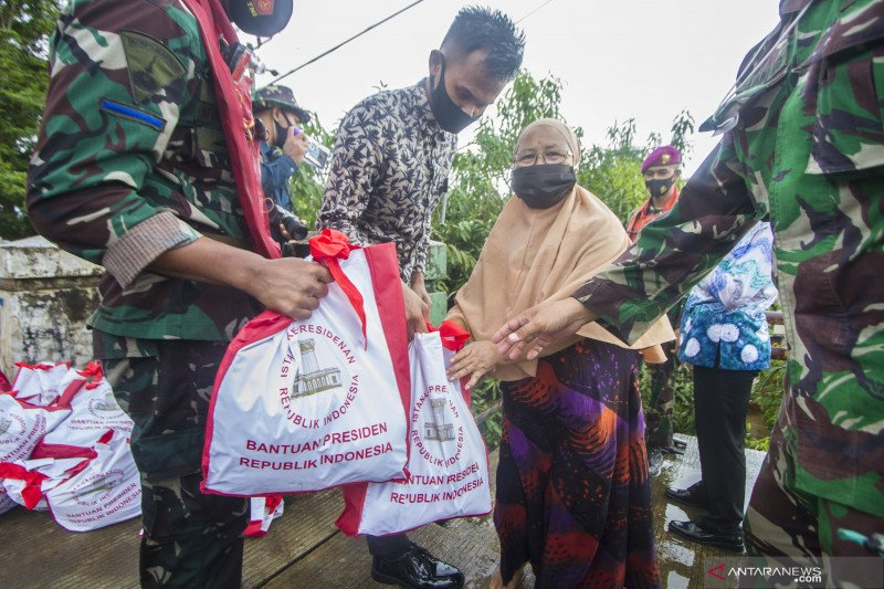 Marinir salurkan bantuan sembako untuk korban banjir Banjar Kalsel