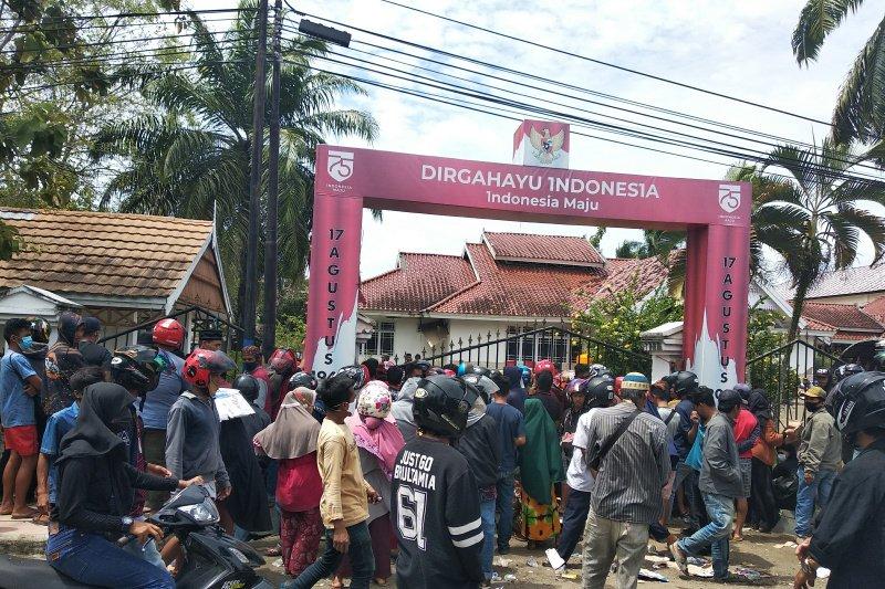 Ratusan warga korban gempa di Mamuju mengantre untuk mendapatkan tenda