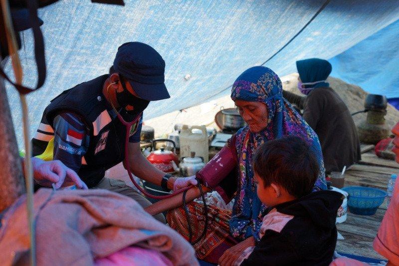 Pusdokkes Polri bagikan obat-obatan ke korban gempa di Mamuju