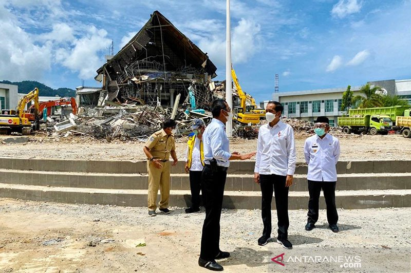 Kantor Gubernur Sulbar yang hancur akibat gempa ditinjau Presiden