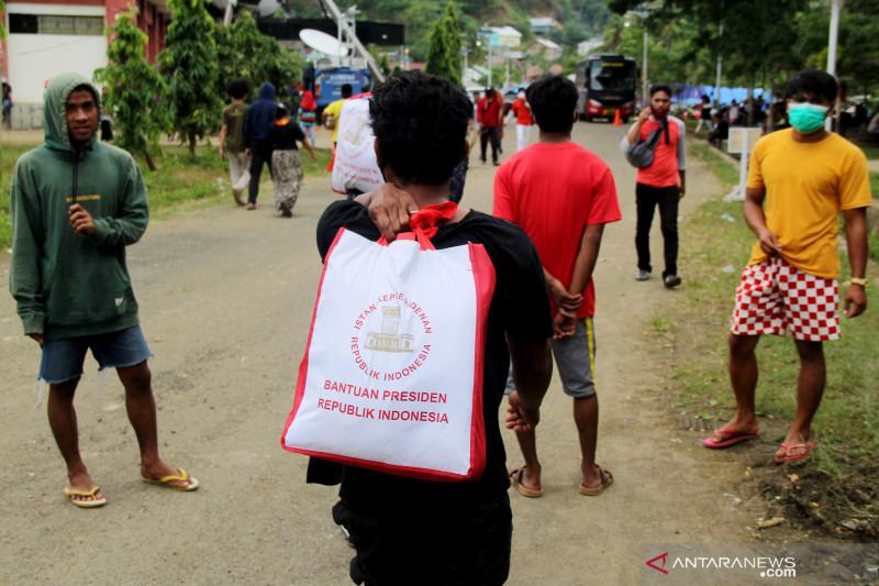 Pembagian sembako bantuan Presiden bagi korban gempa