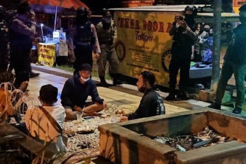 Satpol PP Surakarta tutup dua rumah makan selama PPKM