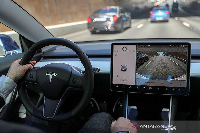 Teknologi otonom Tesla diragukan selesai akhir tahun ini