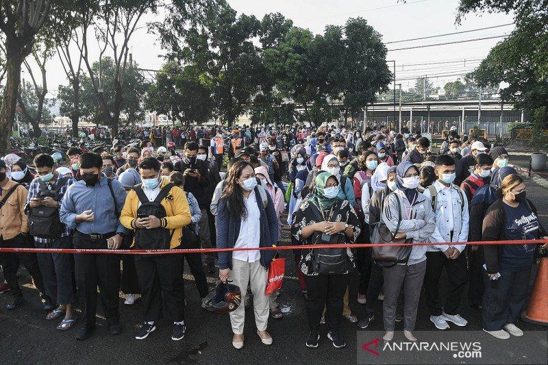 Antrean penumpang di Stasiun Bekasi
