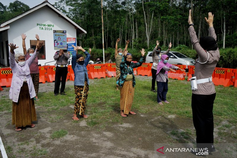 Pengungsi dari lereng Gunung Merapi di Sleman dipulangkan