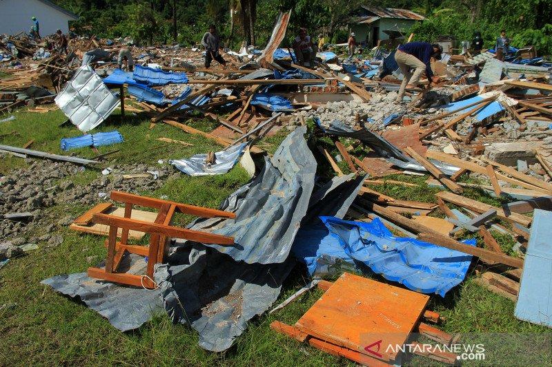 Gedung sekolah rusak parah akibat gempa di Mamuju