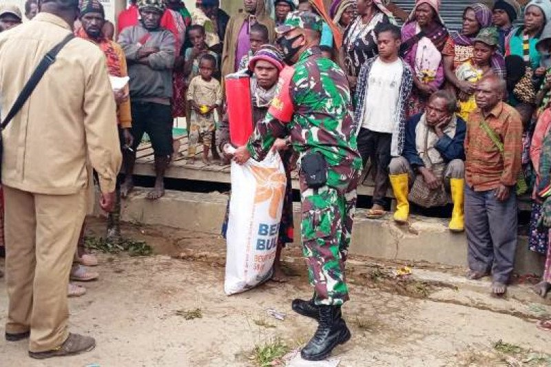 TNI bantu penyaluran bantuan sembako korban banjir bandang Paniai