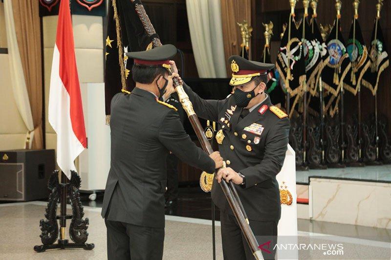Jenderal Idham Azis serahkan Panji Polri Tribrata ke Jenderal Sigit