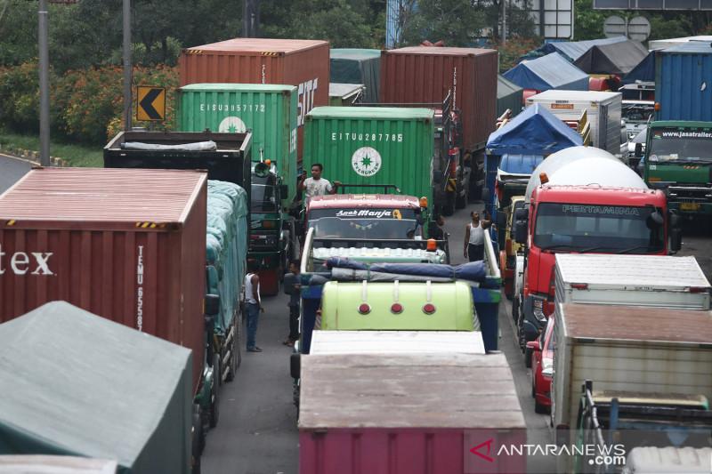 Kemacetan panjang akibat amblasnya sebagian badan jalan di tol Surabaya-Gempol