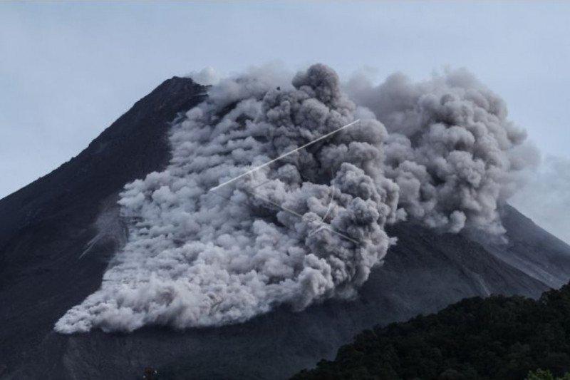 Warga lereng Merapi di Sleman berlarian keluar rumah saat awan panas