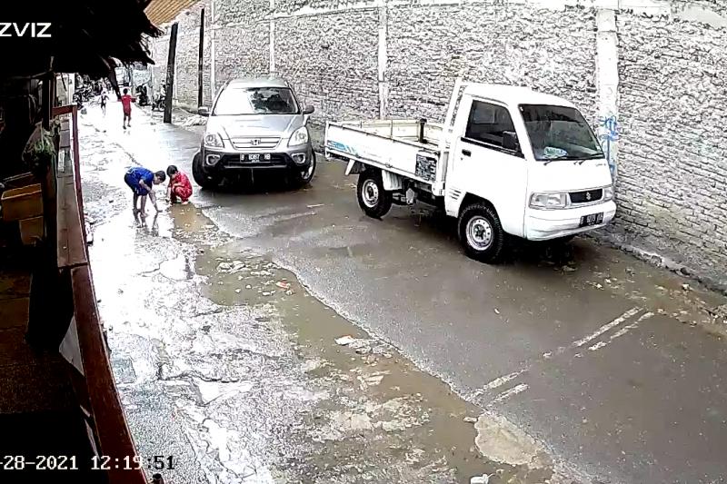 Polisi mengamankan pengemudi mobil yang menabrak anak kecil