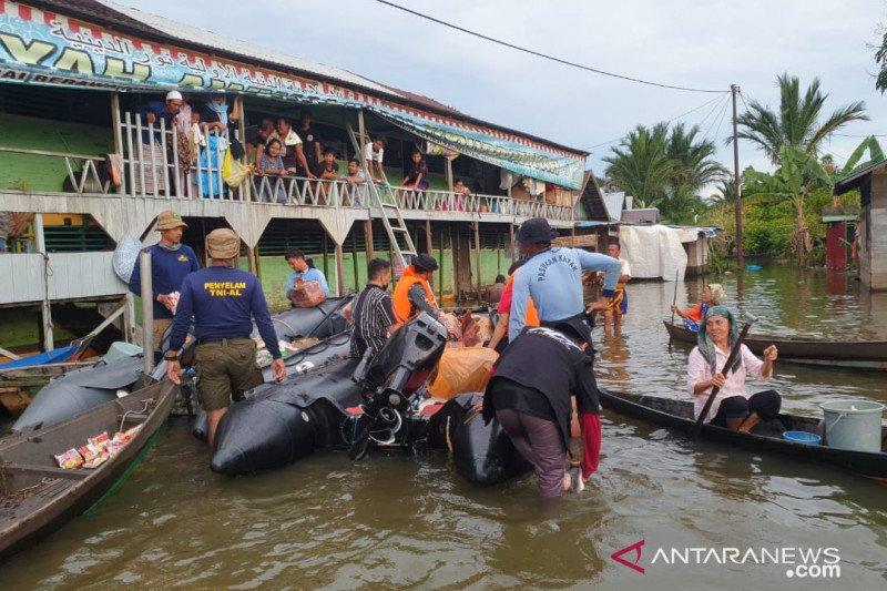 TNI AL distribusikan bantuan ke lokasi masih tergenang di Kalsel