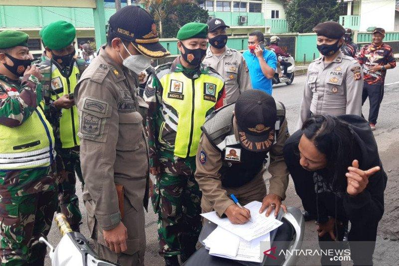 Petugas Satgas COVID-19 Garut tindak pelanggar PPKM di jalanan