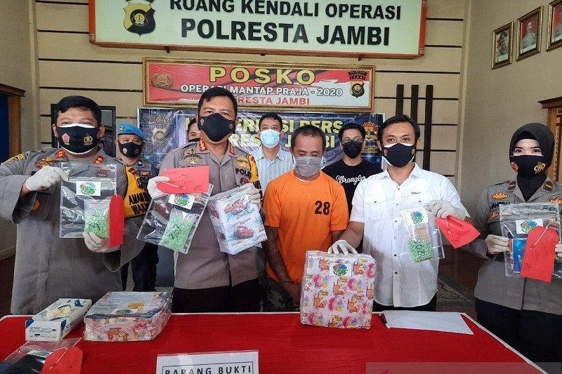 Polresta Jambi menyita 978 butir ekstasi yang dikirim lewat paket