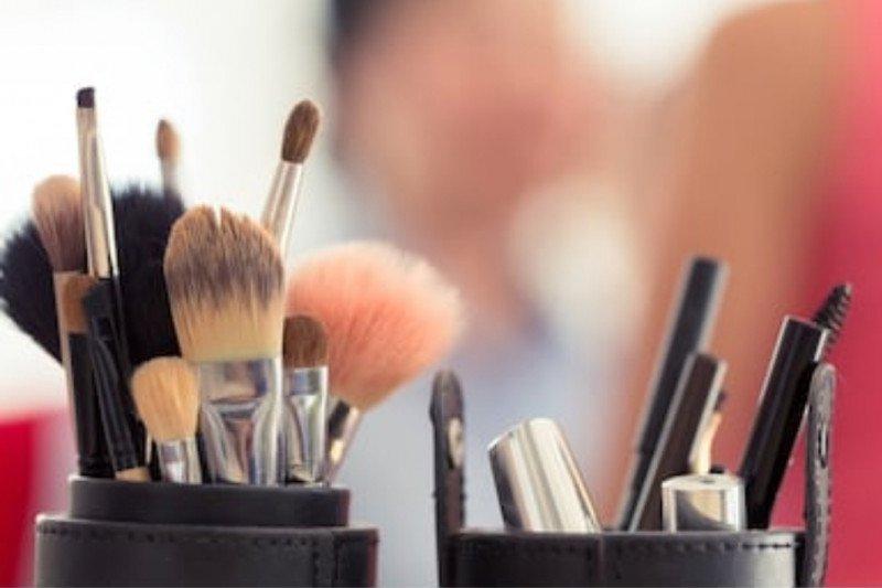 Cara membersihkan peralatan kosmetik