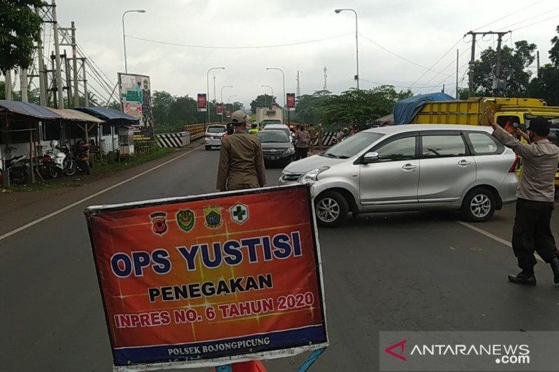 Petugas gabungan memutarbalikkan puluhan mobil menuju Cianjur