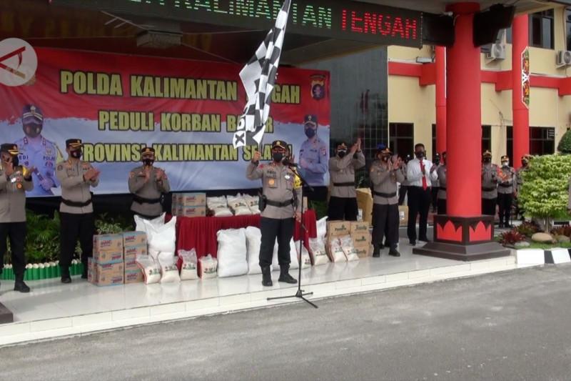 Polda Kalteng distribusikan sembako dan alat evakuasi untuk korban banjir Kalsel