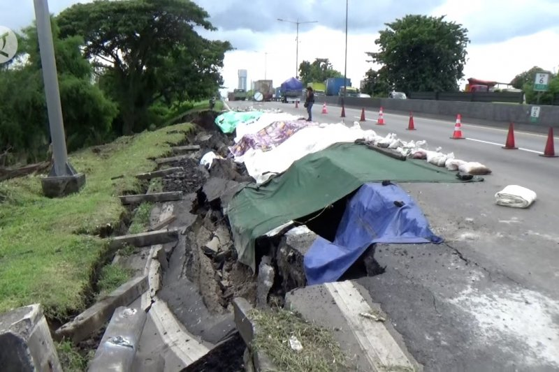 Jalan Tol Surabaya - Gempol ambles diduga akibat curah hujan tinggi