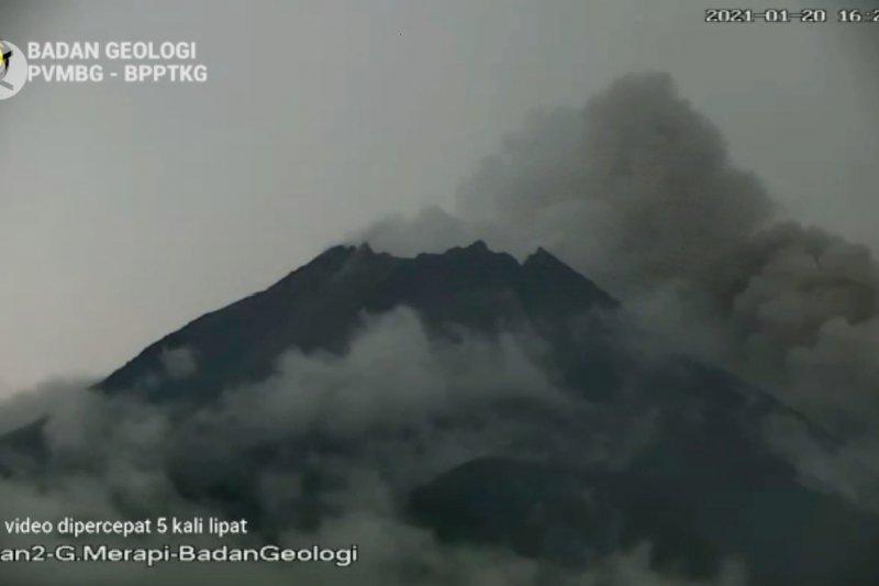 Gunung Merapi luncurkan awan panas 8 kali