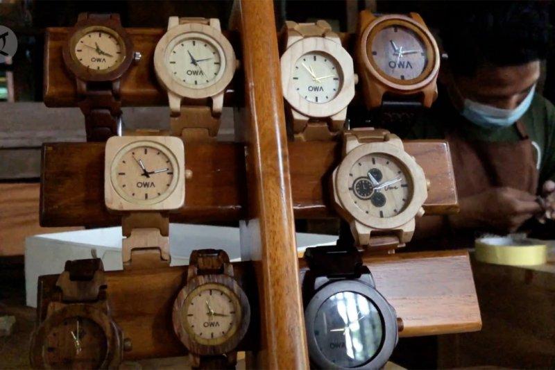 Inovasi jam tangan kayu dari limbah
