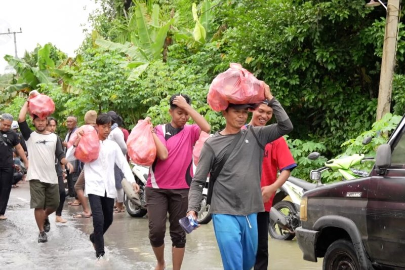 Terkendala arus deras, petugas kesulitan salurkan bantuan