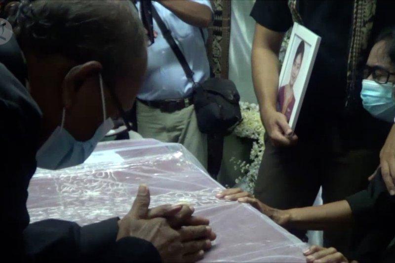Prosesi penyerahan jenazah pramugari Sriwijaya Air  berlangsung haru
