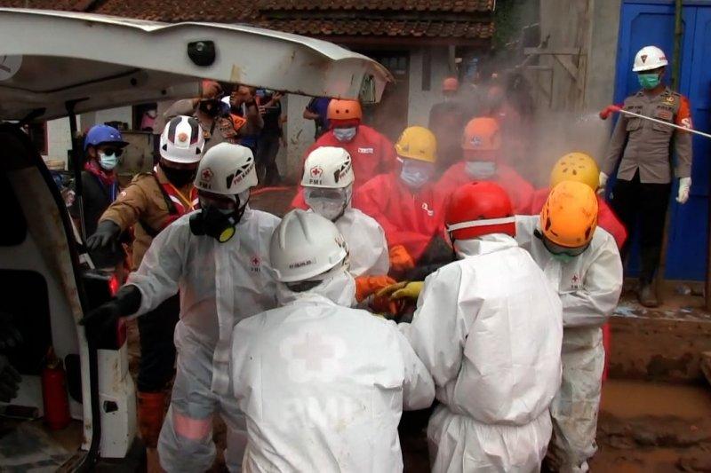 Tim SAR temukan tiga lagi korban longsor