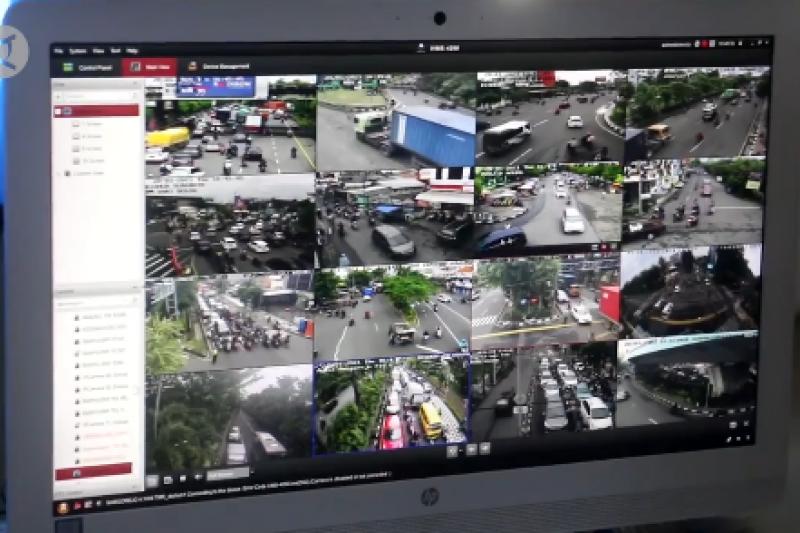 Lalu lintas dalam kota Surabaya padat akibat tol ambles