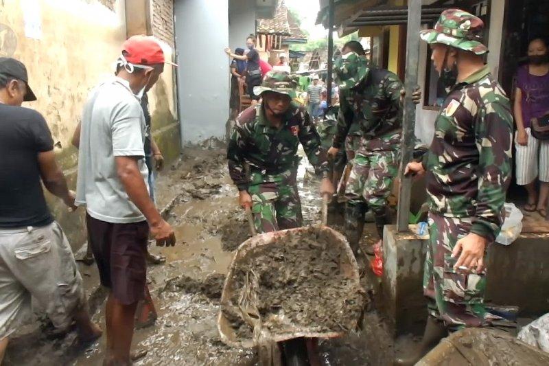 Pasca banjir, petugas gabungan bantu warga lakukan pembersihan